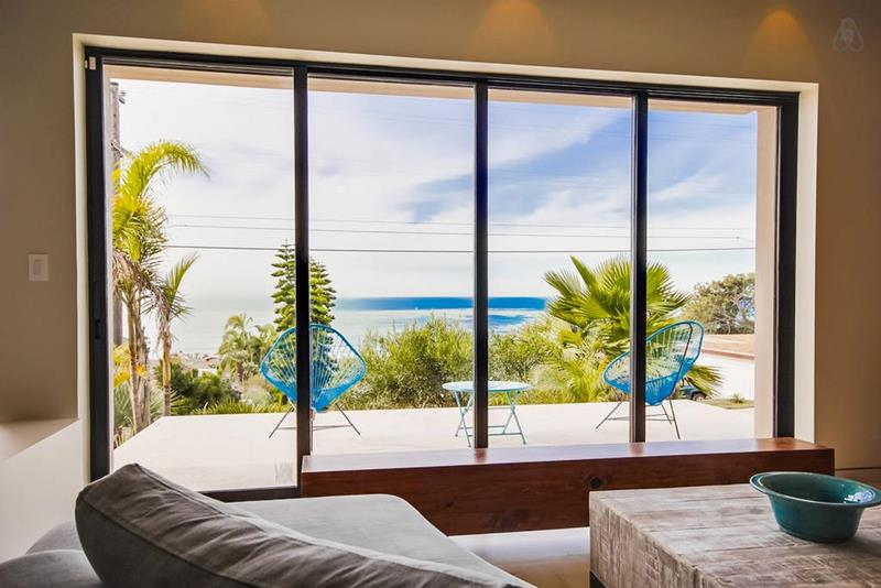 21 Living Rooms With Huge Picture Windows-9