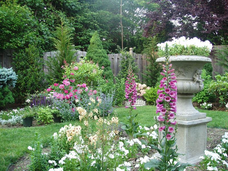 18 Inspirational and Beautiful Backyard Gardens-10