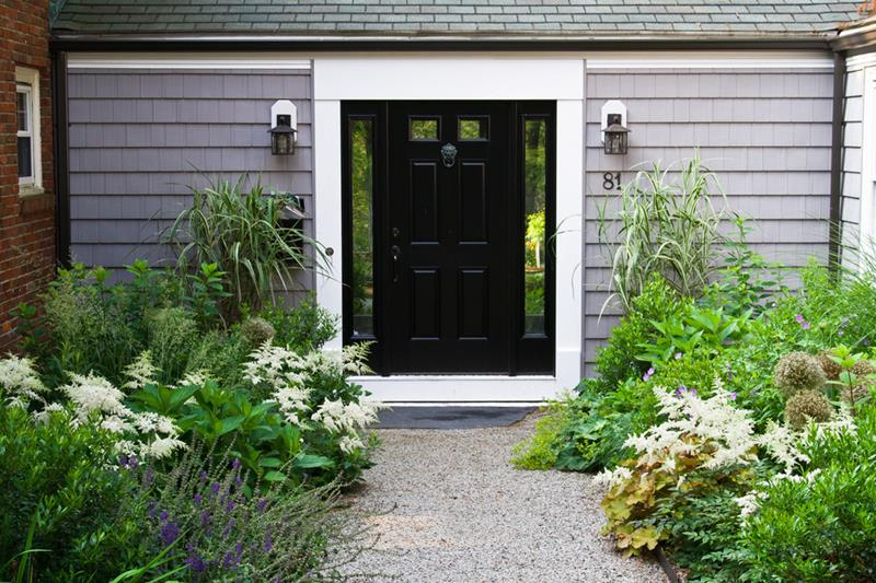 22 Pictures of Homes With Black Front Doors-13