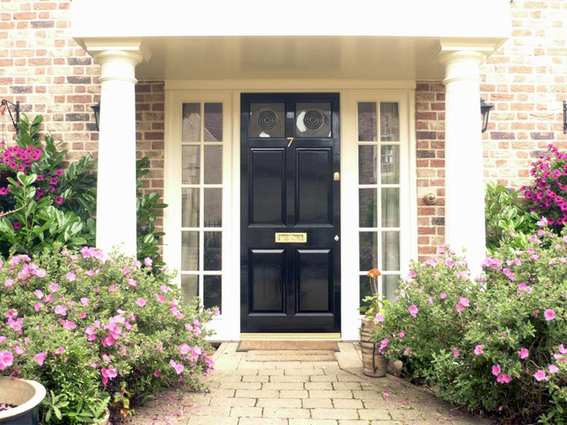 22 Pictures of Homes With Black Front Doors-14