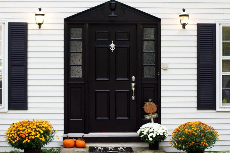 22 Pictures of Homes With Black Front Doors-18