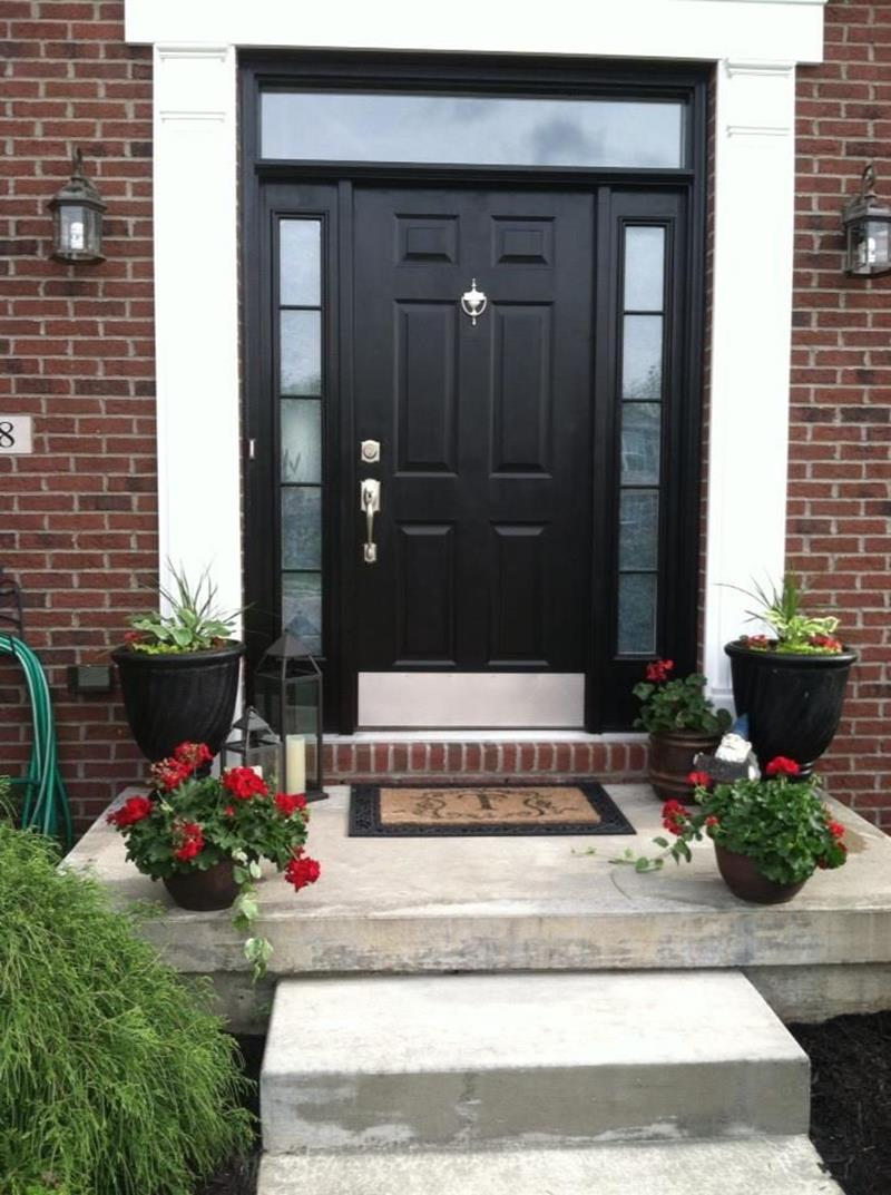 22 Pictures of Homes With Black Front Doors-2