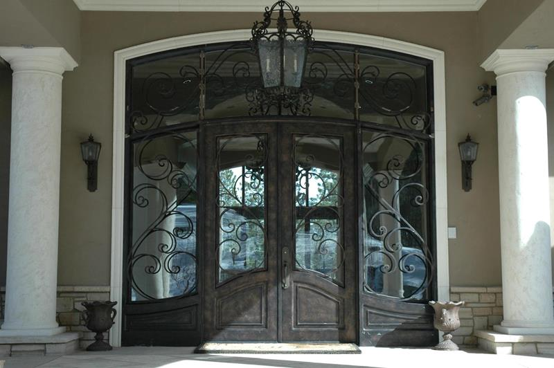 22 Pictures of Homes With Black Front Doors-8