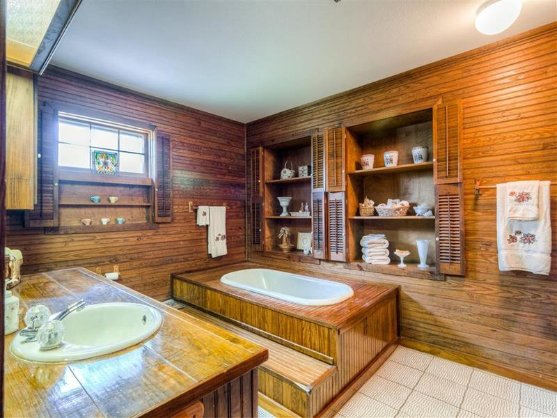 26 Beautiful Wood Master Bathroom Designs-26