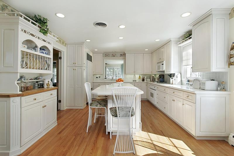 53 Charming Kitchens With Light Wood Floors-7