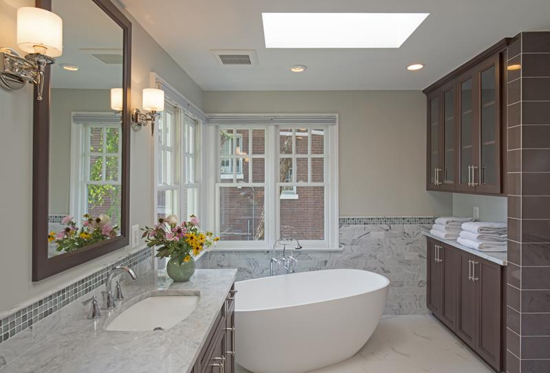 24 Luxury Master Bathrooms With Soaking Tubs-3