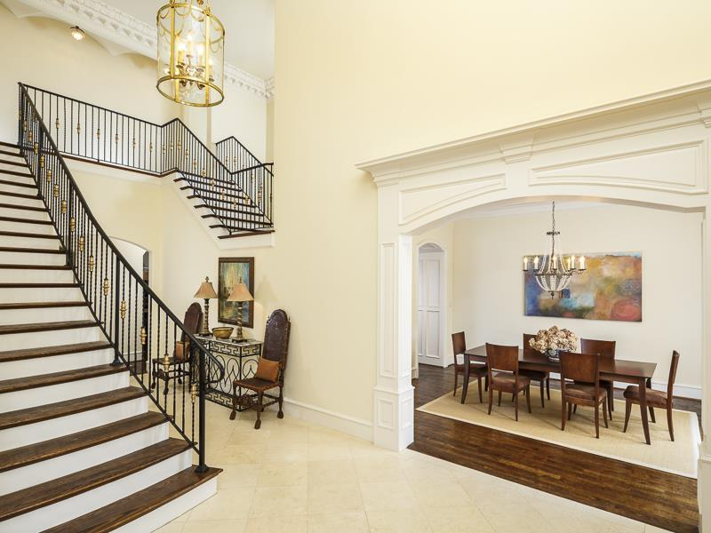56 Beautiful And Luxurious Foyer Designs-55