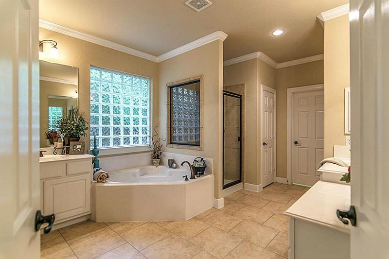 23 Master Bathrooms With Two Vanities-20