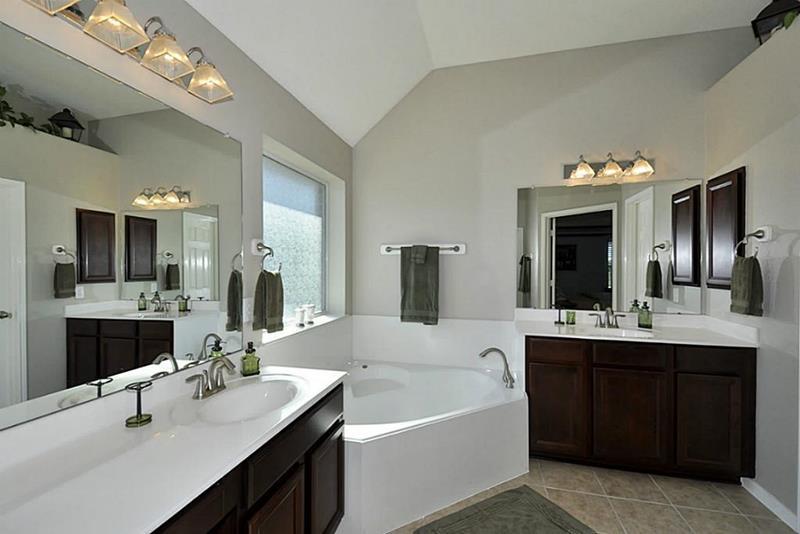 23 Master Bathrooms With Two Vanities-9
