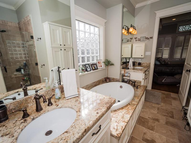 24 Beautiful Master Bathrooms-11
