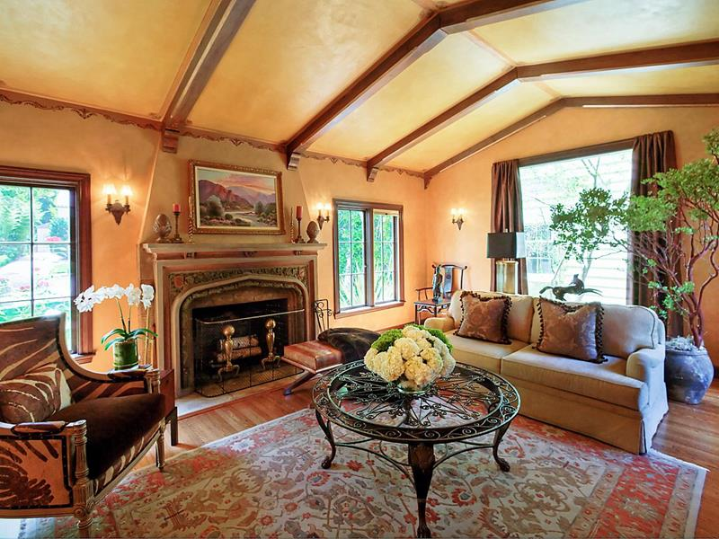 24 Living Rooms With Vaulted Ceilings-24