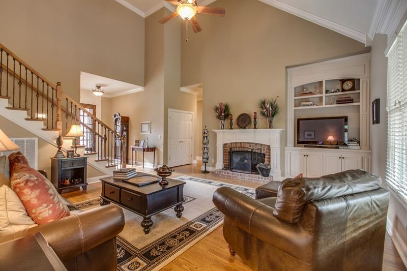 24 Living Rooms With Vaulted Ceilings-title