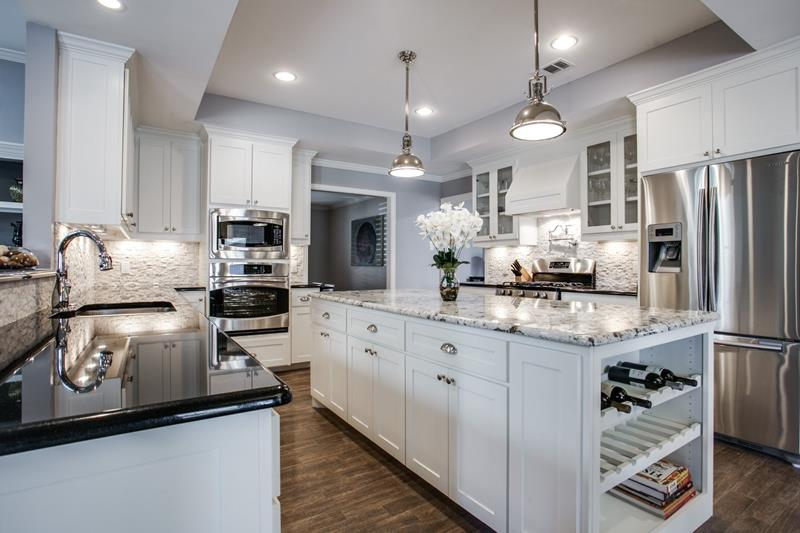 25 Elegant Kitchens with Hardwood Floors-21