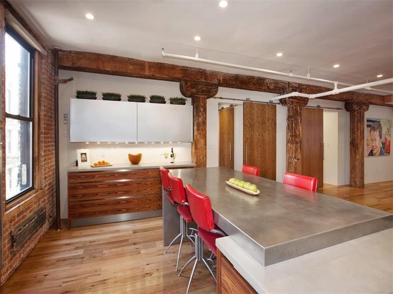 25 Elegant Kitchens with Hardwood Floors-23