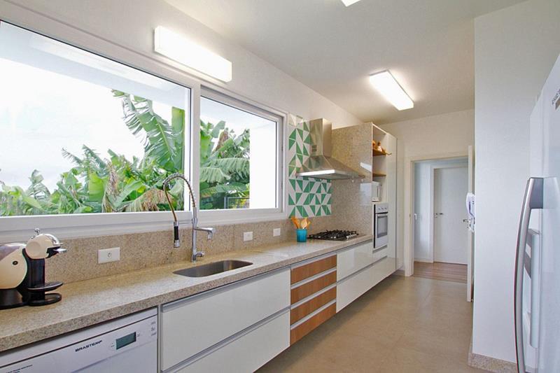 25 Stunning Kitchens with Big Windows-16