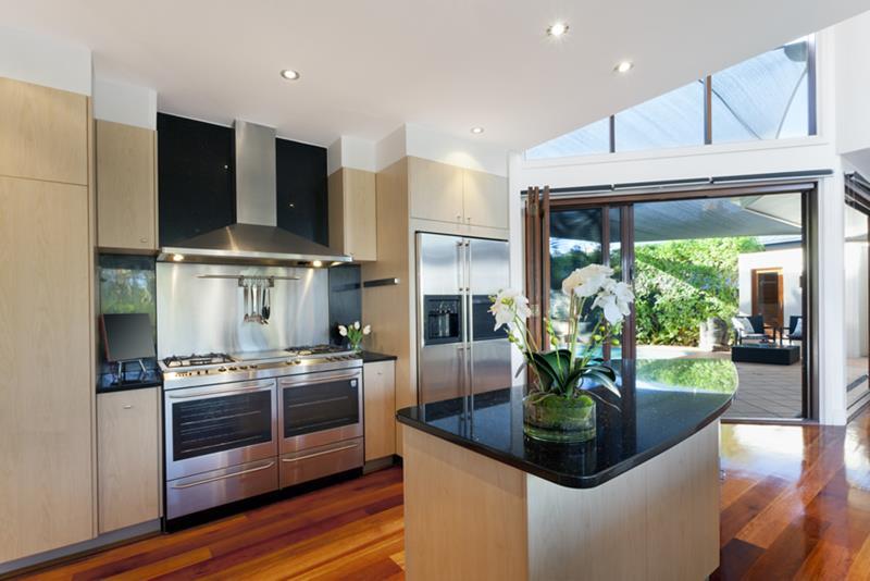 25 Stunning Kitchens with Big Windows-18