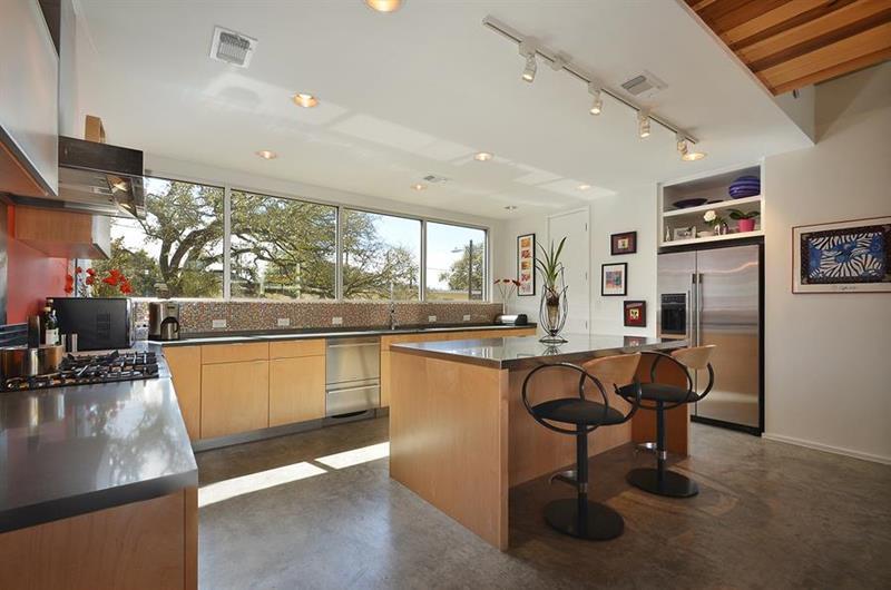 25 Stunning Kitchens with Big Windows-3