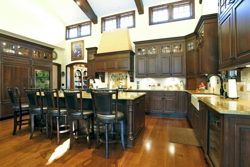 24 Kitchens with Jaw Dropping Cathedral Ceilings-21