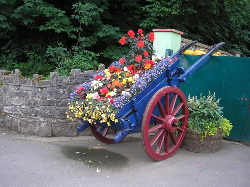 16 Amazing Ways to Enhance Your Garden with Recycled Items-15