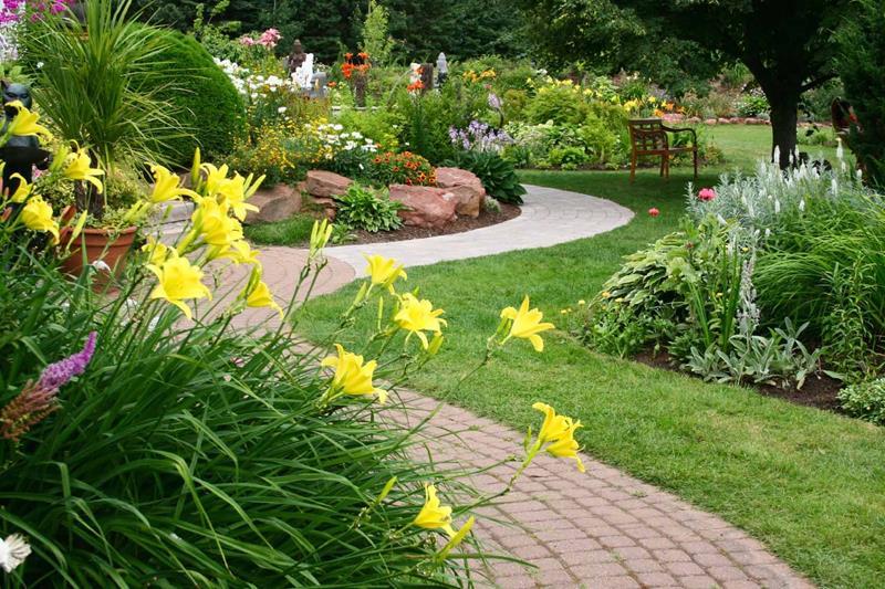 19 Backyards with Amazing Landscaping-18