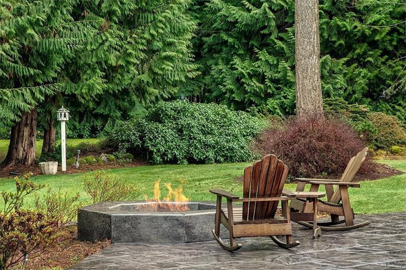 24 Backyard Fire Pits Perfect for Summer-1